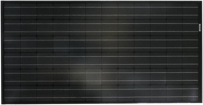 Sort solcellepanel liggende